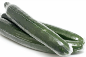 Drei Salatgurken in Plastik Folie verpackt Faktencheck