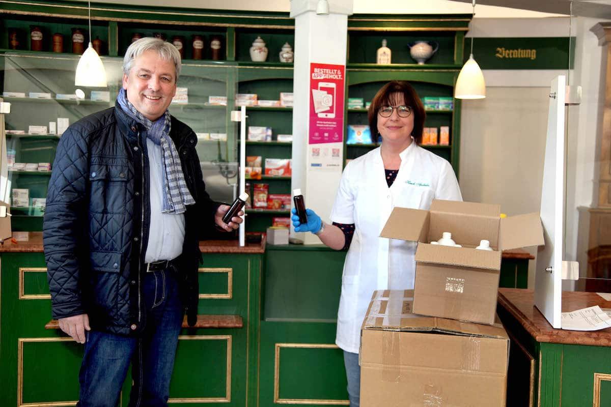 E-proPlast-Geschaeftsfuehrer Ruediger Loehl bei der Uebergabe von kostenlos zur Verfuegung gestellten PET-Flaschen an eine Apotheke in Schmalkalden Foto: E-proPlast