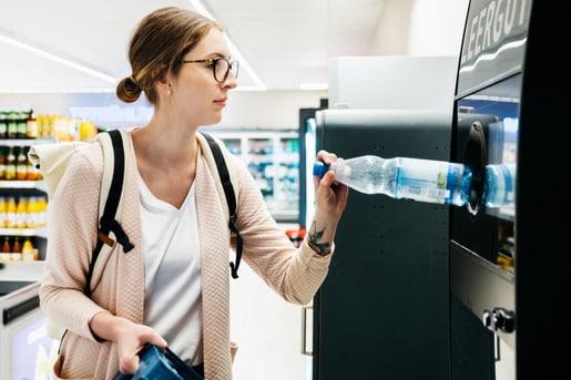 Kunststoff Wertstoffkreislauf PET Getraenke Flasche Entsorgung Recycling Woche der Abfallvermeidung