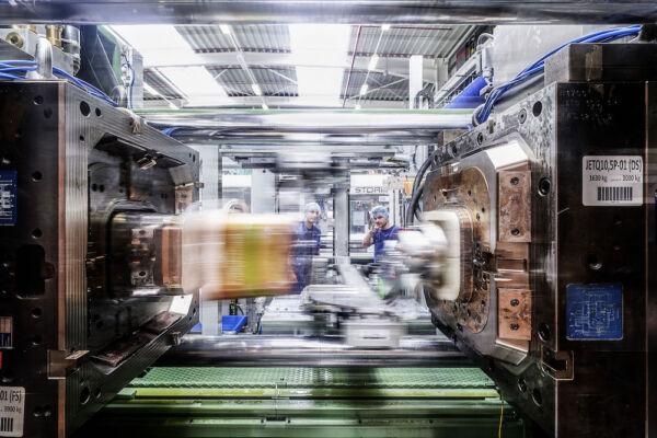Industriefotografie - Produktionsmaschine für Farbeimer aus Rezyklat